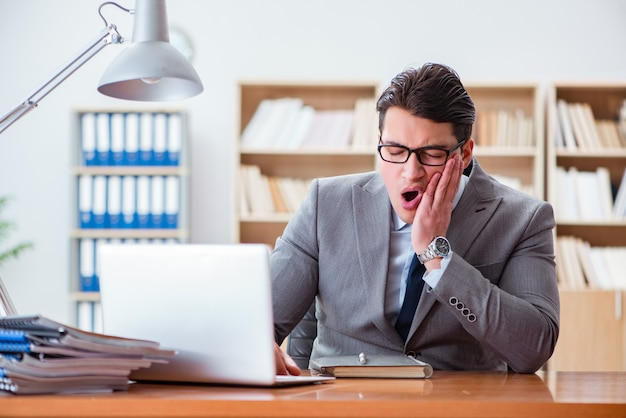 Empresario enfermo en la oficina