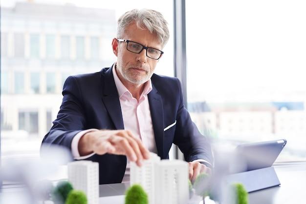 Empresario enfocado en busca de nuevas soluciones