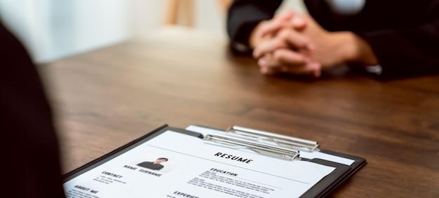 El empresario envía un currículum para revisar la información de la solicitud de empleo