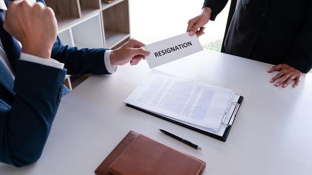 Empresario enviando carta de renuncia al empleador ejecutivo