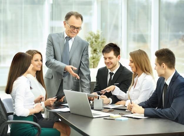 Empresario y equipo empresarial en un seminario.