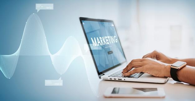 Empresario escribiendo en un ordenador portátil