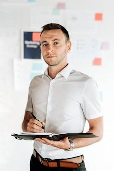Un empresario escribiendo en su agenda.