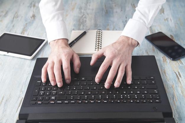 Empresario escribiendo en el teclado de la computadora.