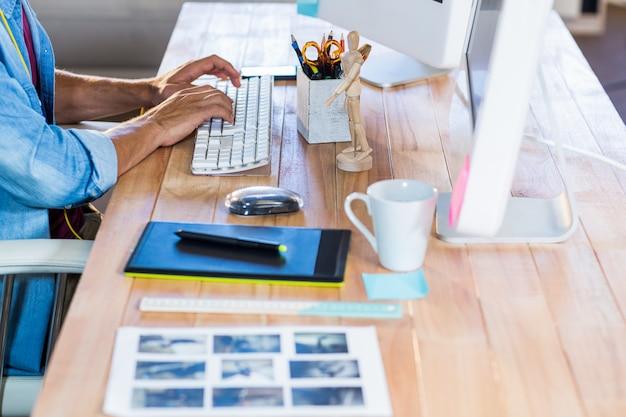 Empresario escribiendo en el teclado en el escritorio