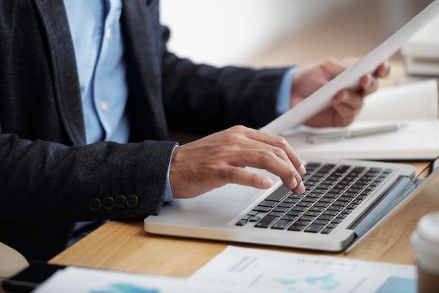 Empresario escribiendo en el teclado