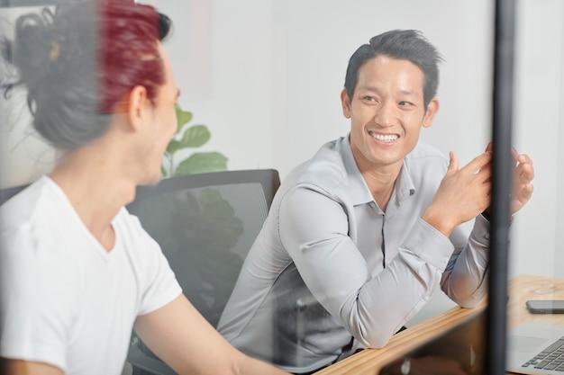 Empresario escuchando idea de compañero de trabajo