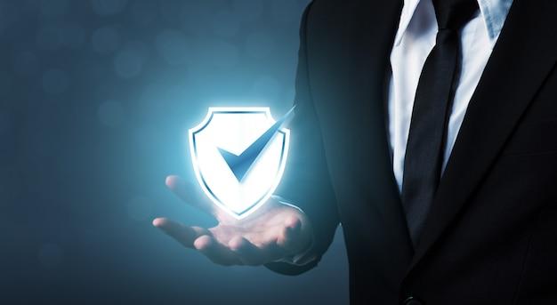 Empresario con escudo proteger icono