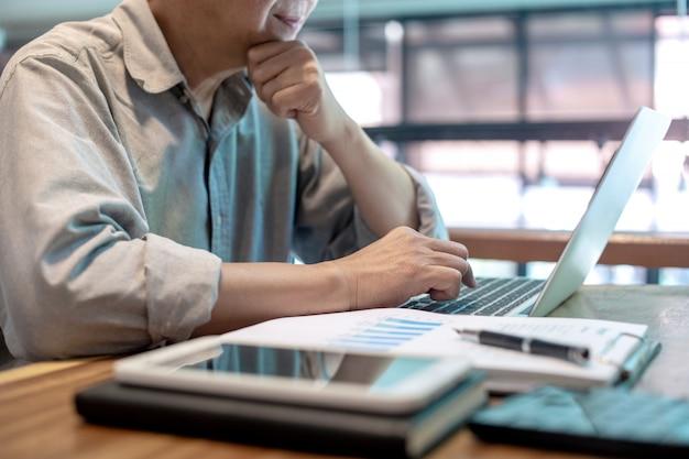 Empresario en estilo casual trabajando con gráfico