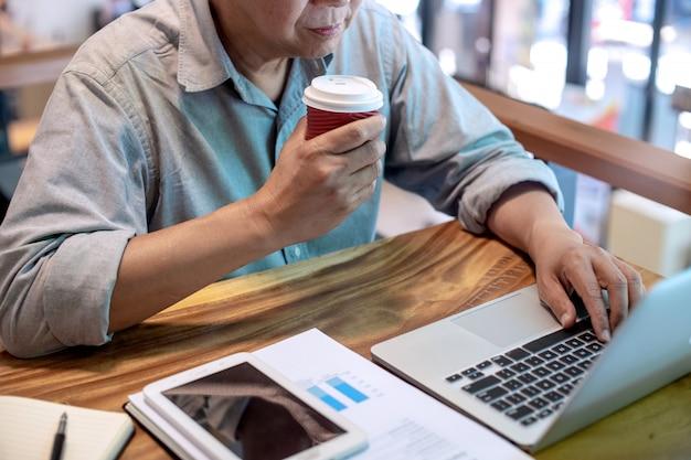 Empresario en estilo casual trabajando con tabla gráfica