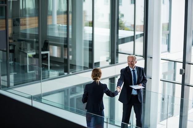 Empresario estrechándole la mano con su colega
