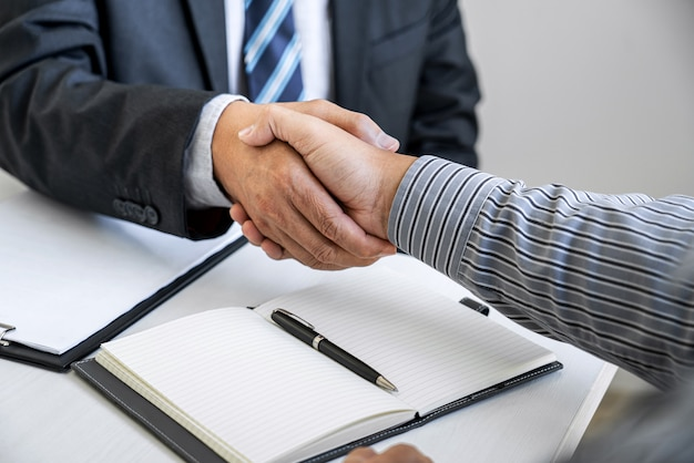 Empresario estrecharme la mano con un abogado profesional después de discutir un buen trato