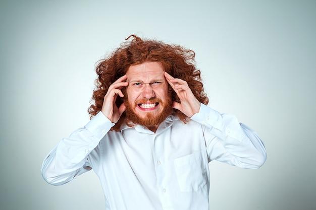 Empresario estresado con dolor de cabeza