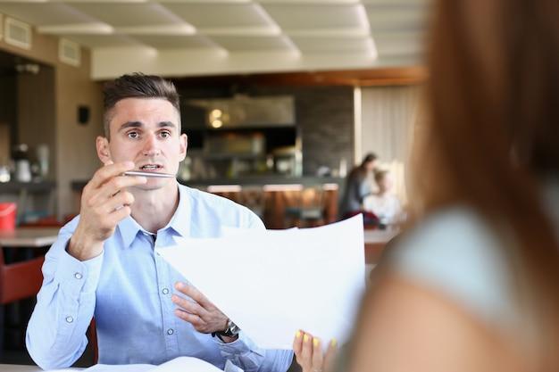 Empresario explica la política de la empresa discutir