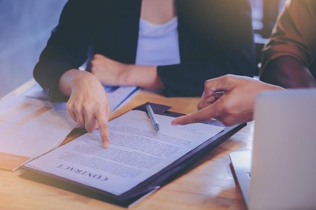 El empresario de finanzas comerciales de préstamos explica el informe comercial del análisis de datos o el marketing bancario para obtener dinero del préstamo