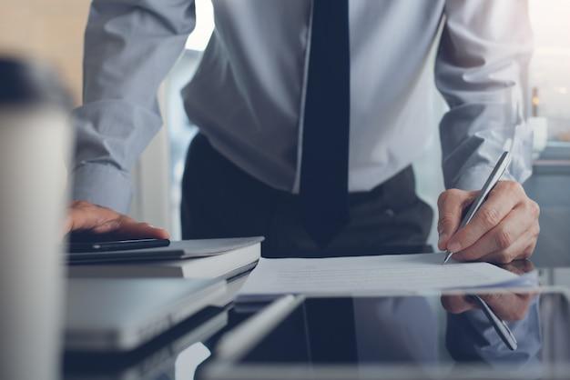 Empresario firma contrato comercial en oficina