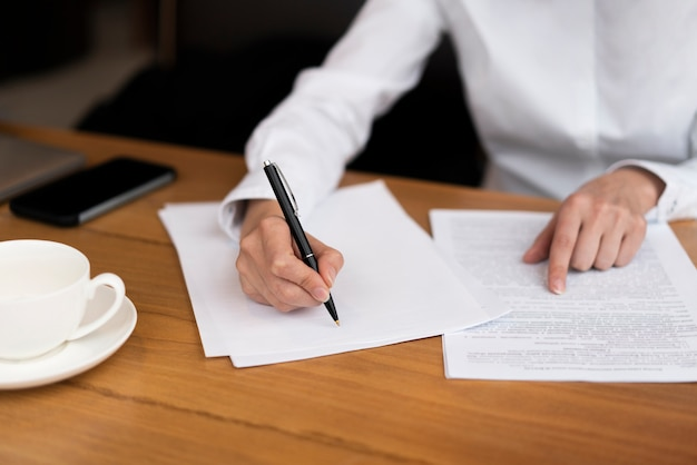 Empresario firma un contrato en la oficina