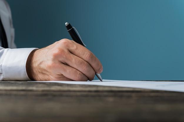 Empresario firmando un documento