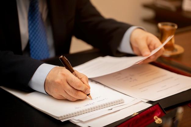 Empresario firmando documentos importantes del contrato