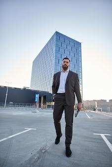 Empresario frente a edificios corporativos