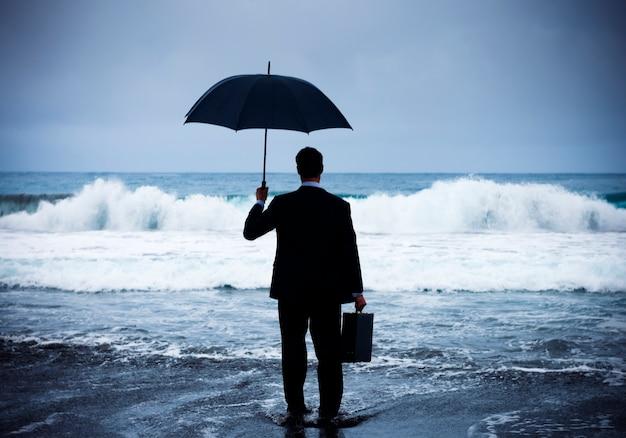 Empresario frente a la tormenta.
