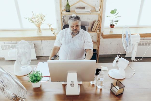 El empresario, el gerente se siente caliente en la oficina