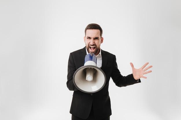 Empresario gritando hablando con el altavoz.