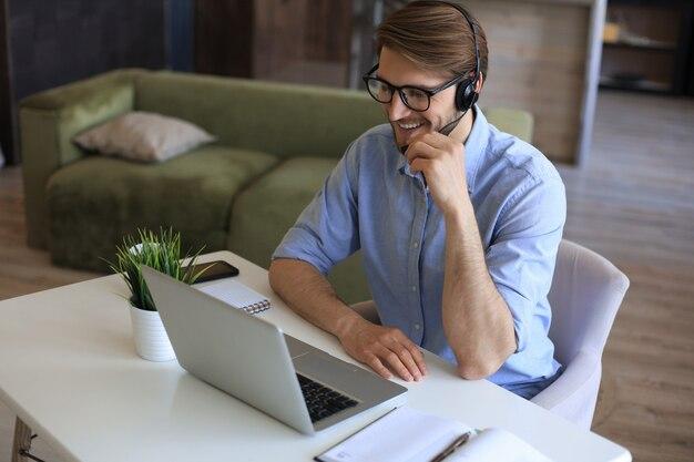 El empresario habla en una videollamada con sus colegas en la sesión informativa en línea durante el autoaislamiento y la cuarentena. epidemia de gripe y covid-19