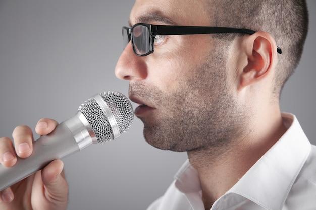 Empresario hablando por micrófono en la oficina.