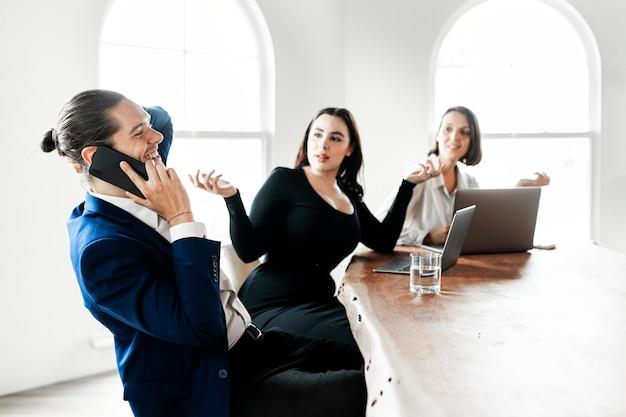 Empresario hablando por teléfono en una reunión