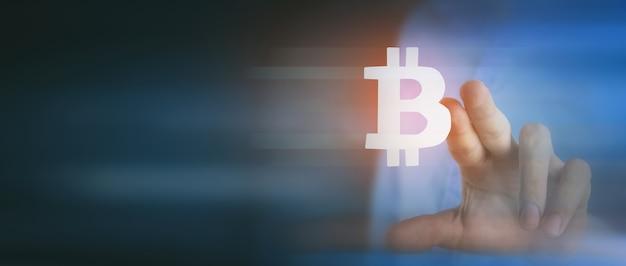 El empresario hace clic en el icono de bitcoin en la pantalla