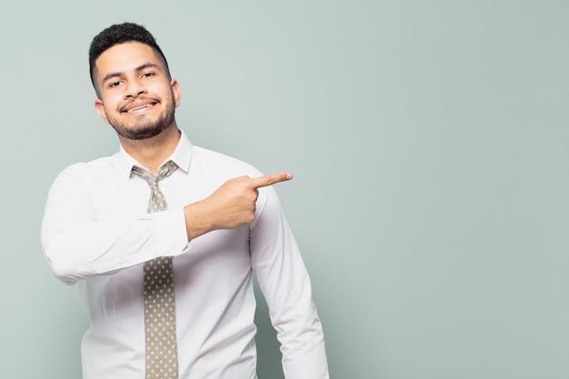 Empresario hispano apuntando hacia el lado