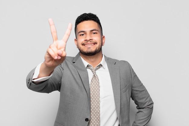 Empresario hispano celebrando una exitosa victoria