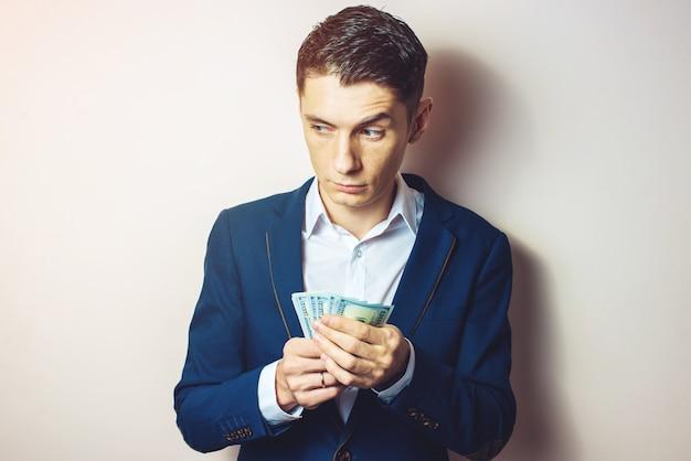 Empresario hombre tomando notas en el bolsillo como un soborno