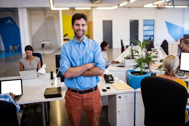 Empresario informal con los brazos cruzados