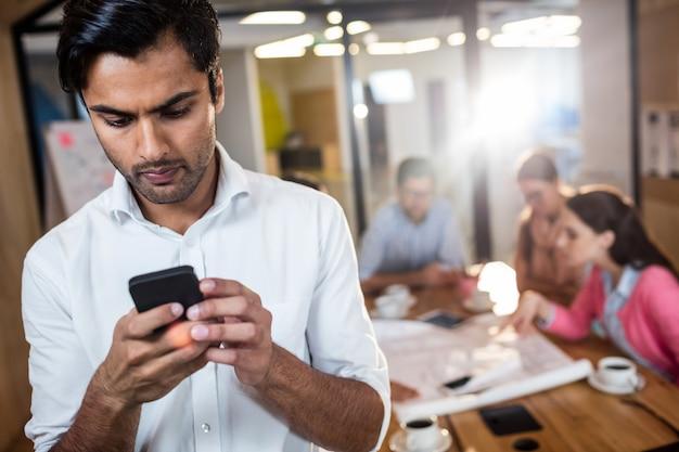Empresario informal usando un teléfono
