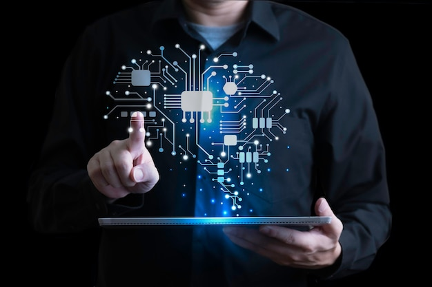 Empresario con interfaz de cerebro humano holográfica con tableta digital