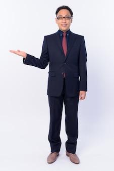 Empresario japonés en traje con anteojos aislado en blanco