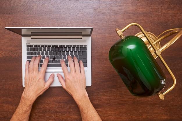 Empresario con laptop en un escritorio vintage