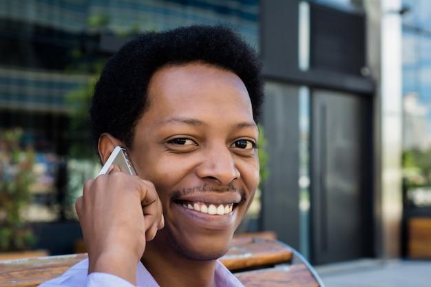 Empresario latino hablando por telefono movil