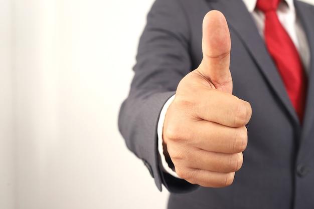 El empresario levanta el pulgar para aumentar la confianza en los productos de la empresa.
