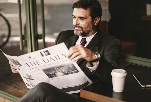 Empresario leyendo las noticias diarias