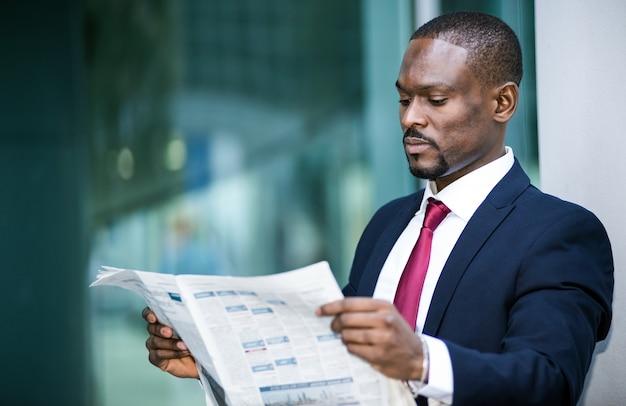 Empresario leyendo un periódico