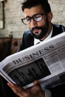 Empresario leyendo periódico