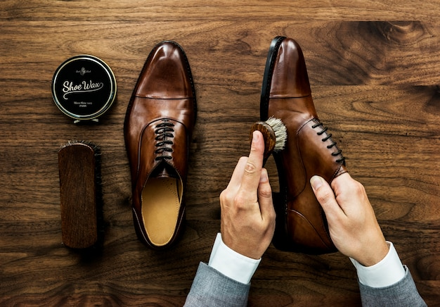 Empresario limpiando sus zapatos