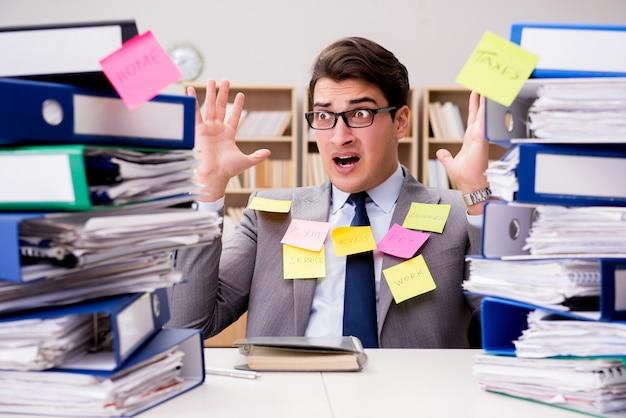 Empresario luchando con múltiples prioridades
