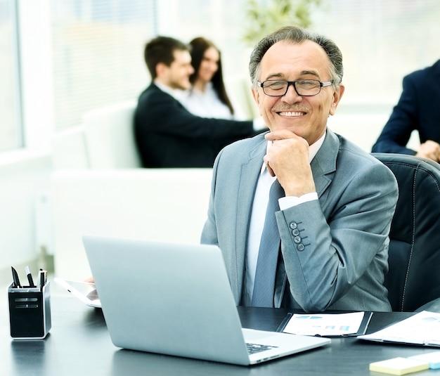 Empresario en el lugar de trabajo con una computadora portátil