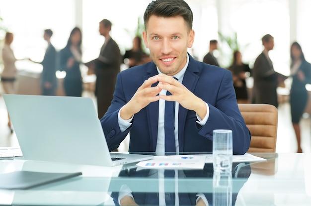 Empresario en el lugar de trabajo. trabajar con documentos financieros.