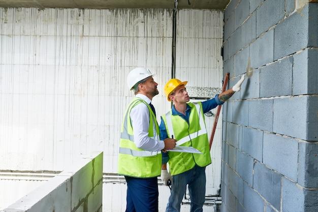Empresario maduro en sitio de construcción