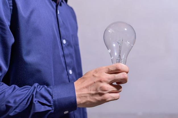 Empresario mano sosteniendo una bombilla